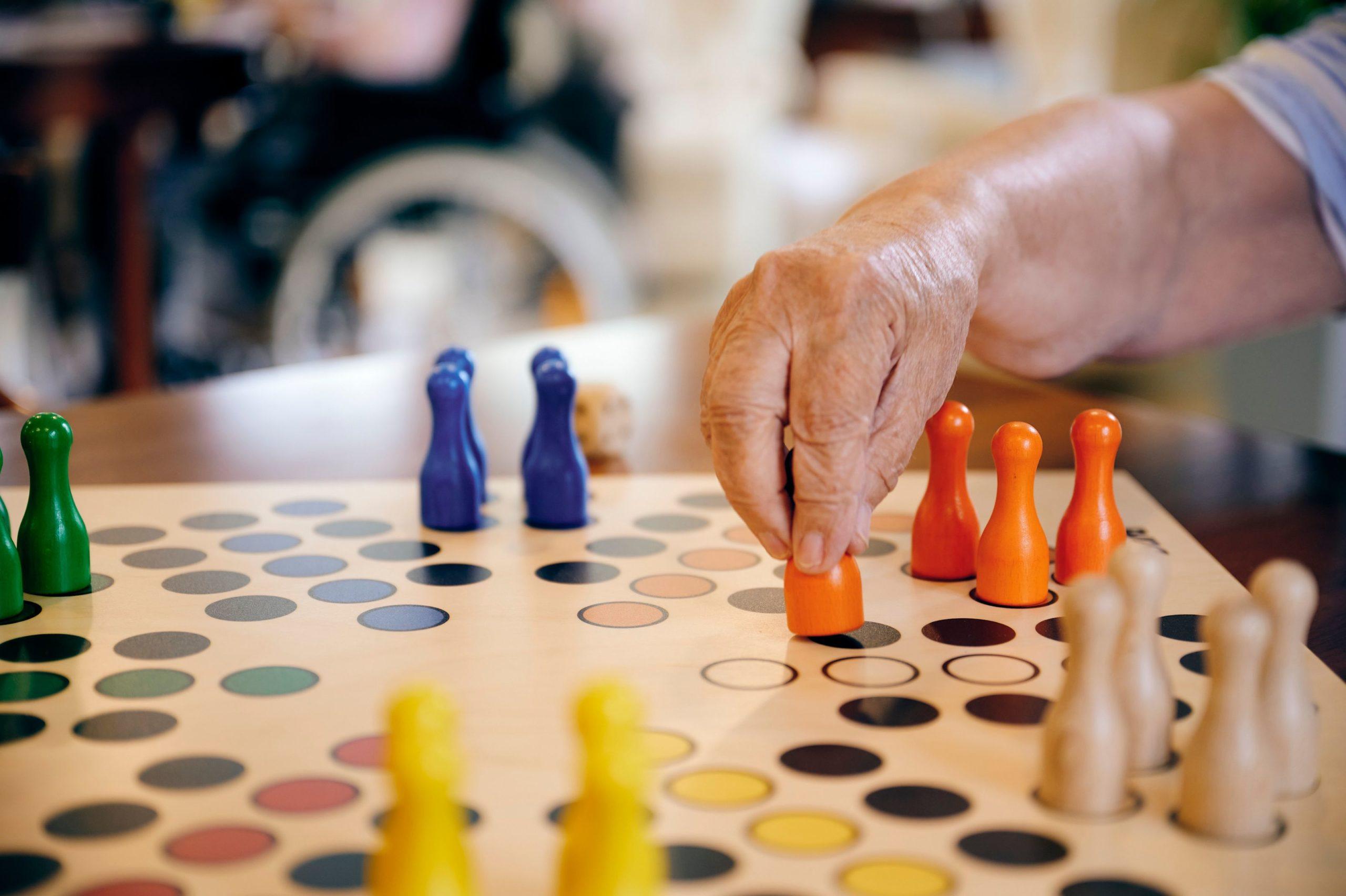 Foto von Mitbewohner der Pflegeeinrichtung Vital 99 beim geselligen Brettspiel