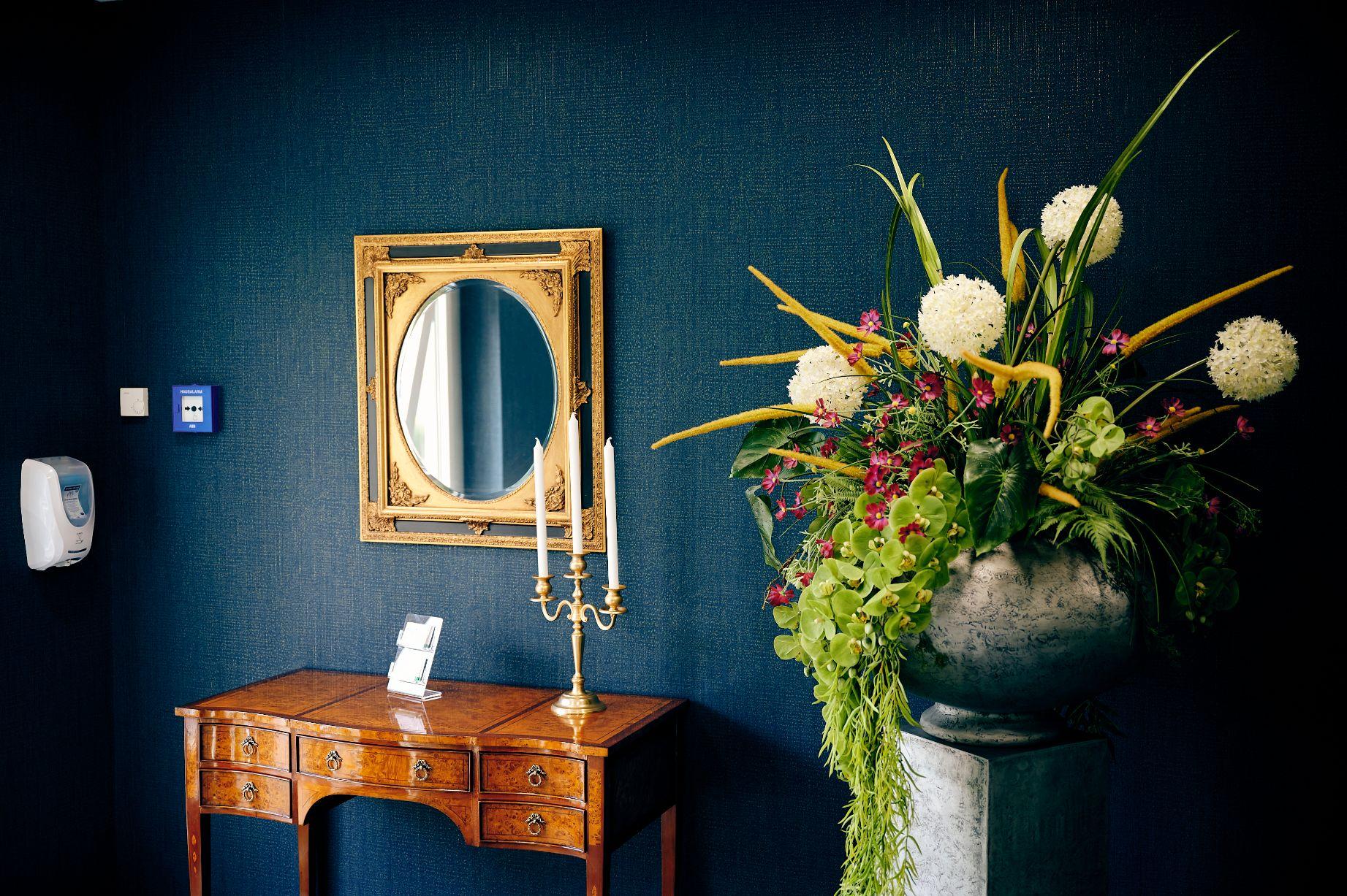 Foto Eingangsbereich mit Spiegel, Kerzen und Blumen